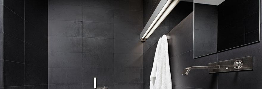 salle de bain eclairee avec une reglette LED